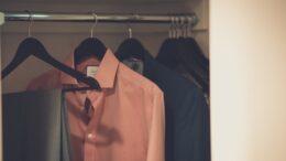 Åben garderobe hvor der hænger skjorter