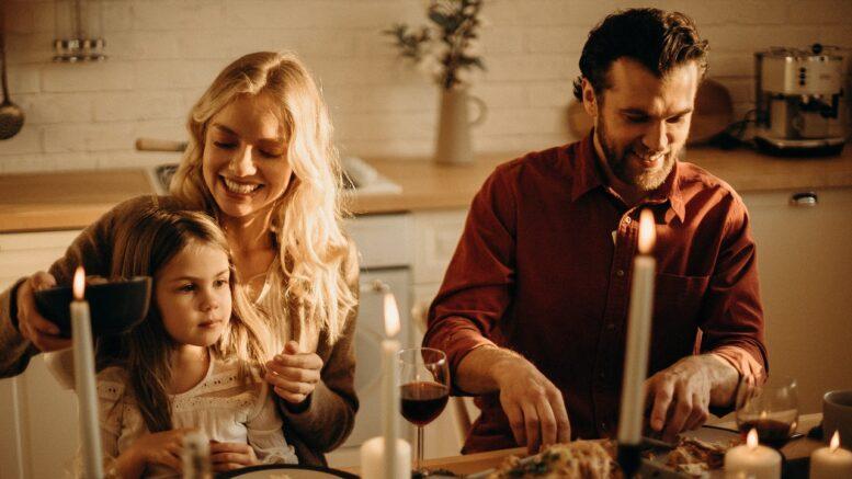 Familie spiser julemad og hygger