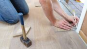 Håndværker renoverer