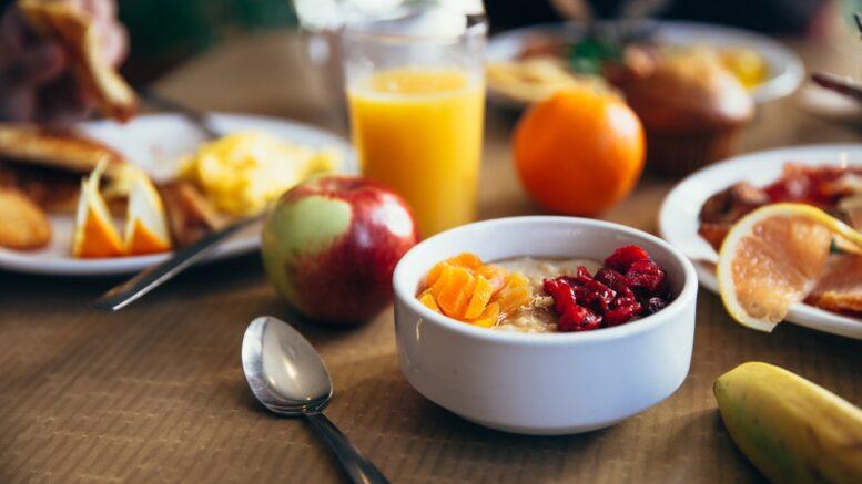 Morgen fyldt med en masse slags frugt