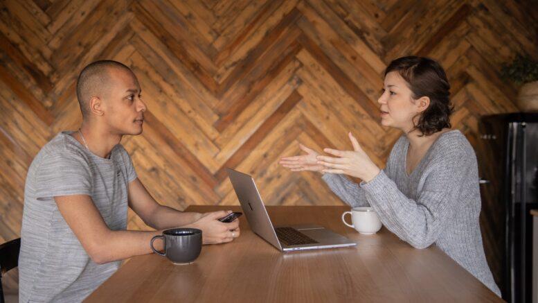 Person forklarer noget til en anden person