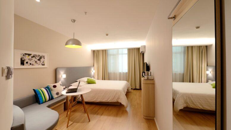 Stor seng i et stort og brunt rum