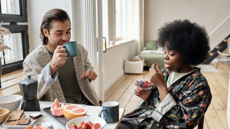 To personer spiser morgenmad sammen