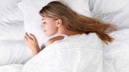 kvinde ligger godt i sengen