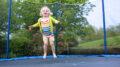 pige hopper på trampolinen